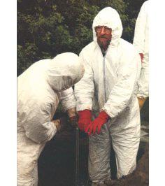 RW mit Mitarbeitern bei einer Probenahme; hier wird hoch chromkontaminierter Boden entnommen für Laboruntersuchung zur Immobilisierung des Chroms durch Bodenvermörtelung